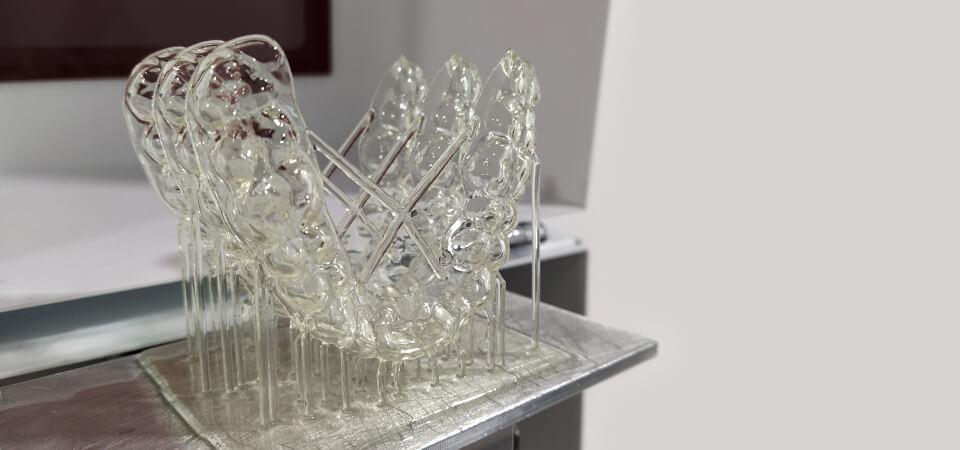 allineatori trasparenti su piatto di stampante 3D